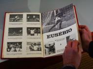 Caderneta do Mundial' 66 editada após a prova, dedicada aos melhores momentos da seleção portuguesa. Na imagem, Eusébio (Foto: Ricardo Jorge Castro)