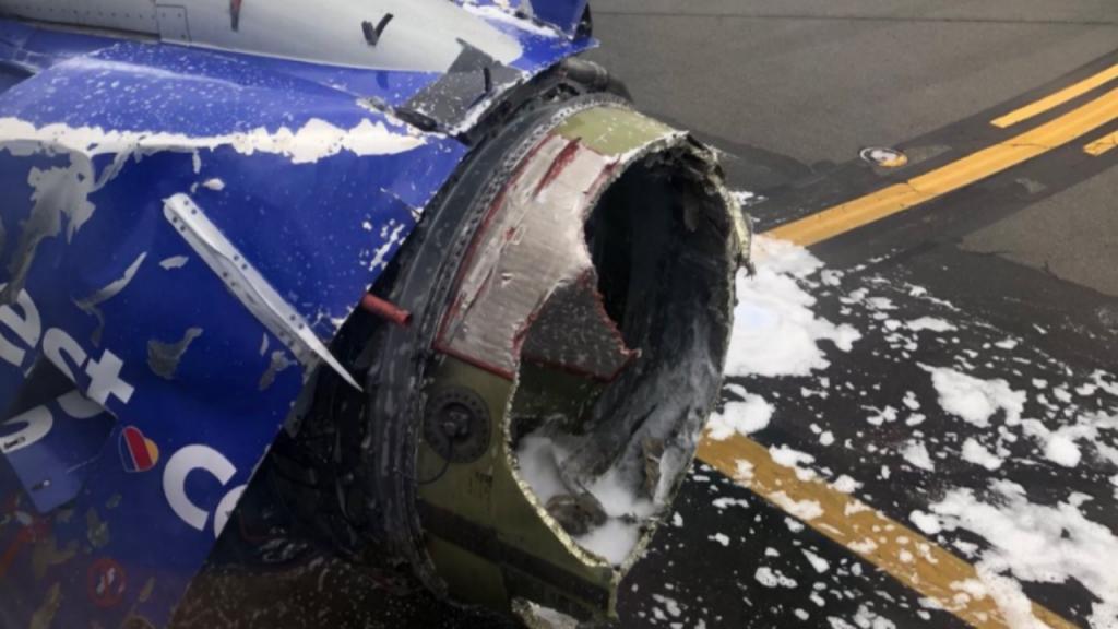 Motor de avião explode (TWITTER/@JOEASAPRAP)
