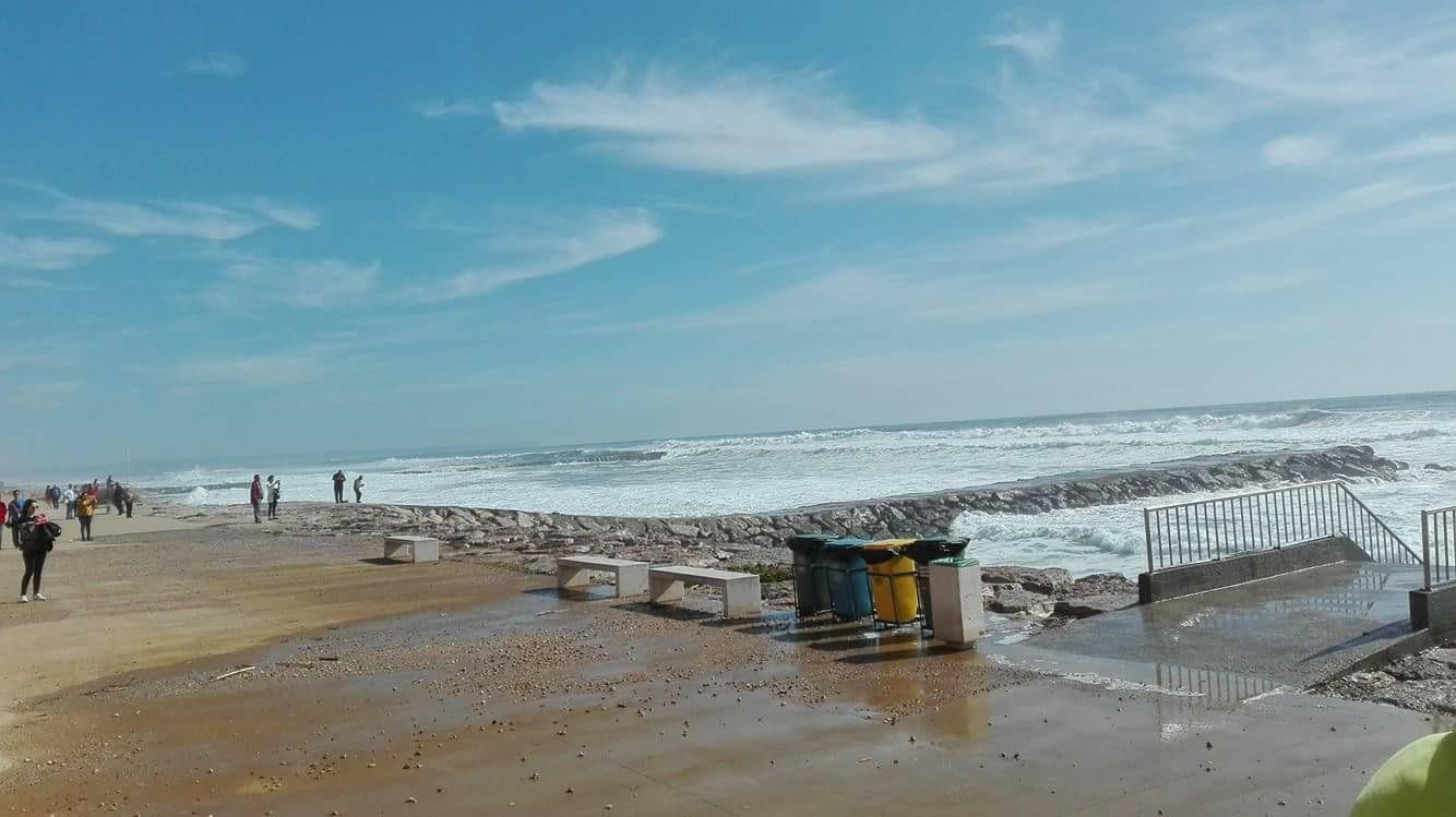 Mar bravo na Costa da Caparica