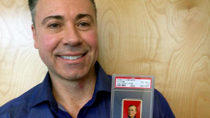 Joe Orlando, especialista de desportos profissionais, com um cartão Ty Cobb