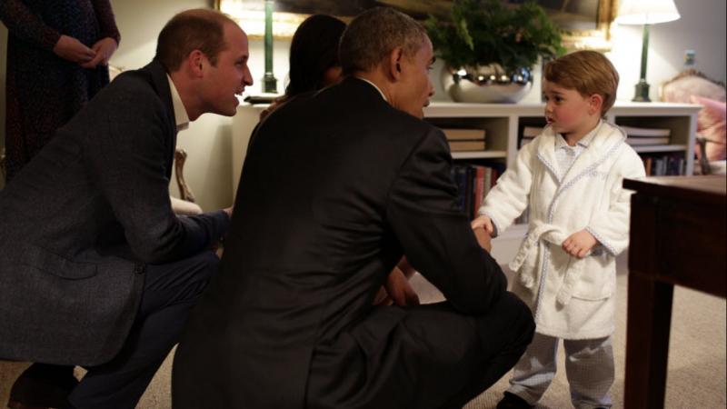Príncipe George aperta a mão a Barack Obama