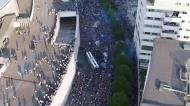 Mar de gente à chegada do autocarro do FC Porto ao Dragão
