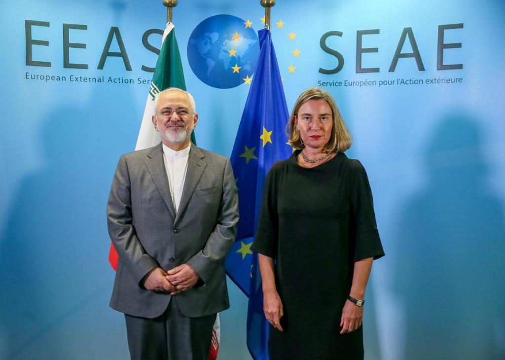 Mohammad Javad Zarif (ministro dos Negócios Estrangeiros do Irão) e Federica Mogherini (arquivo)