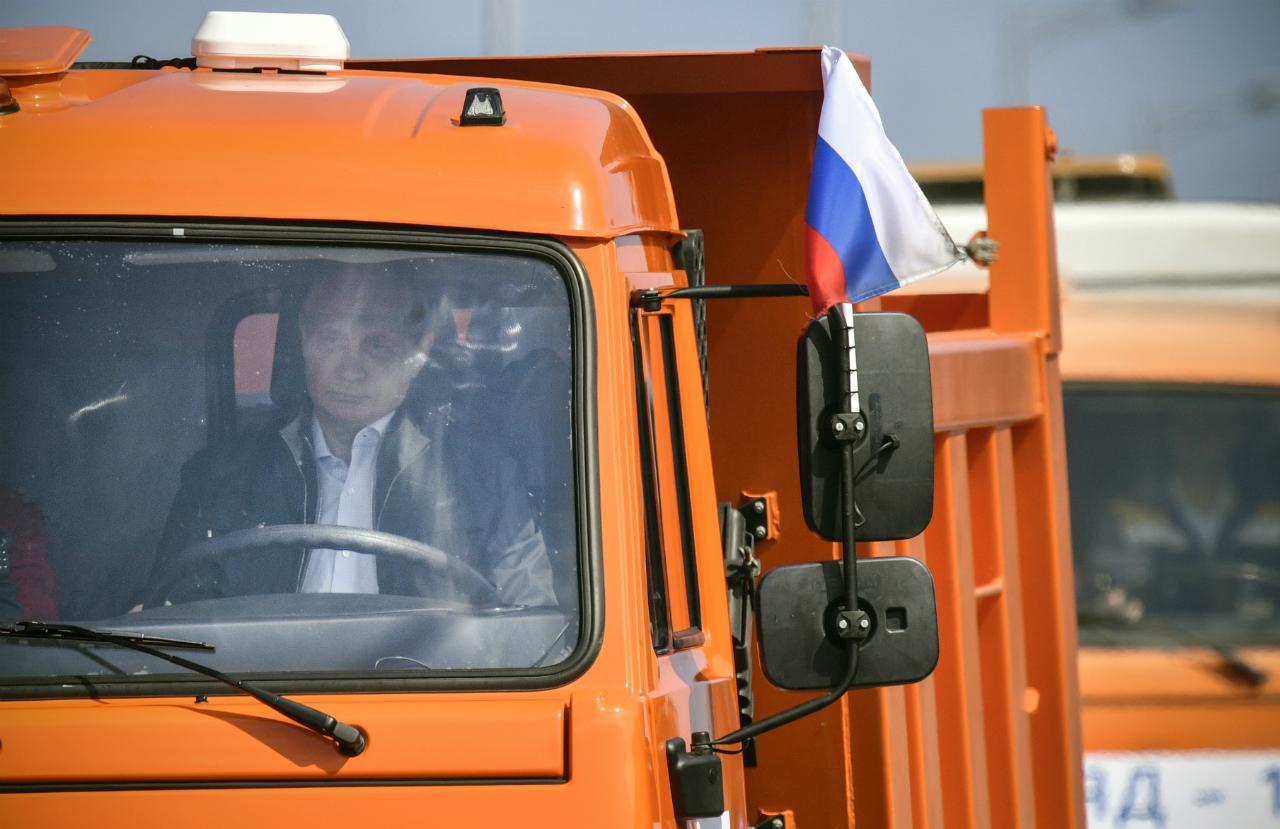 Ao volante de caminhão, Putin inaugura ponte entre Rússia e Crimeia