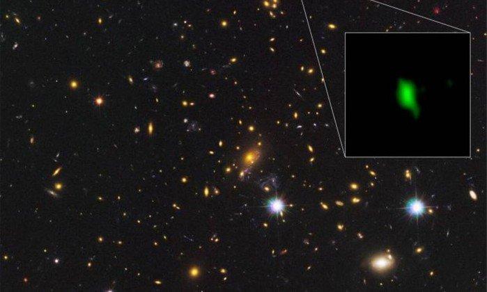Distribuição de oxigénio detetada pelo telescópio ALMA na galáxia MACS1149-JD1 surge a verde na imagem