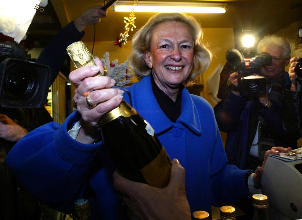 Nicole Fontaine - presidente do Parlamento Europeu em 2002 compra garrafa de champanhe com notas de Euro