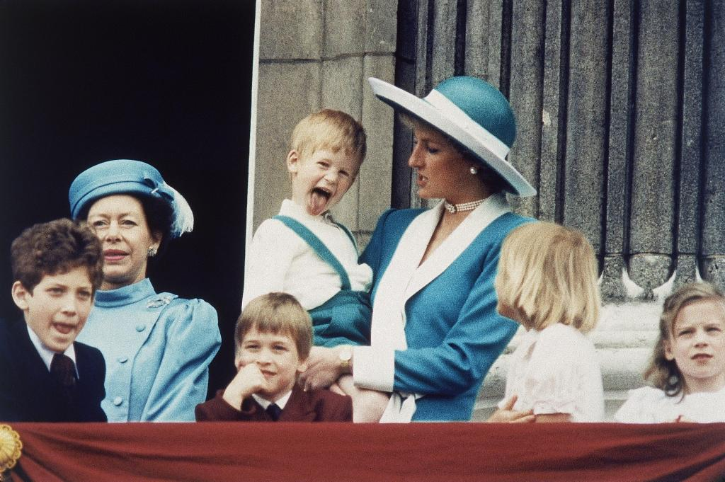 Princesa Diana com príncipe Harry ao colo em junho de 1988