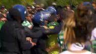Adepto empurra steward e é detido em direto