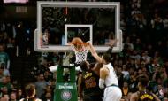 Jayson Tatum afunda na cara de LeBron James (fonte Youtube)