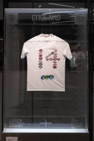 Alunos da Kensington Aldridge Academy inspiraram-se para projetar camisola, por meio de bordados feitos à mão e digitais, a homenagear as vítimas do incêndio da Torre Grenfell em 2017.