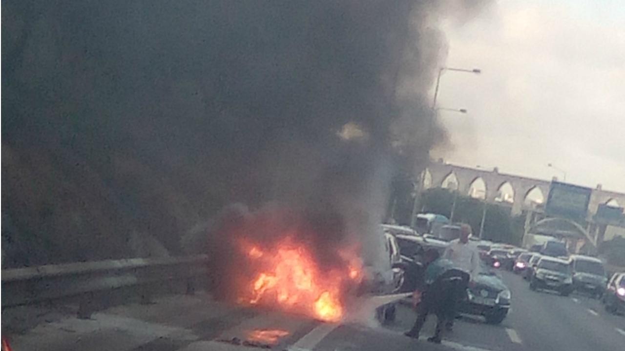 Carro incendeia-se no acesso a ponte 25 de abril
