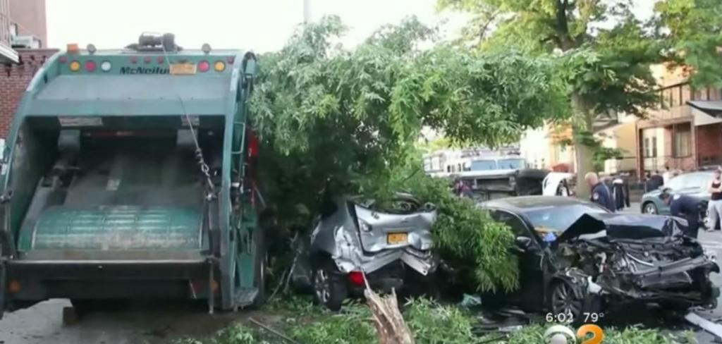 Camião do lixo causa destruição em Brooklyn (reprodução YouTube CBS New York)