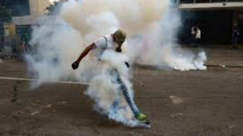 Gás lacrimogénio em discoteca de Caracas