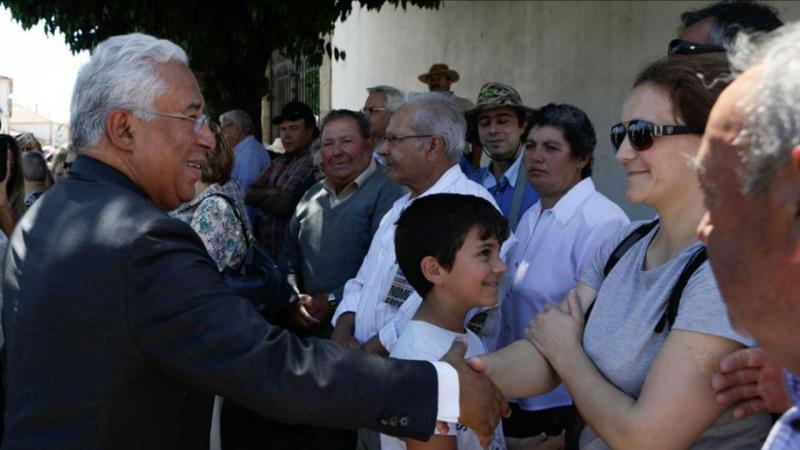 António Costa cumprimenta populares à saída da missa na Igreja Matriz de Pedrogão Grande, 17 junho 2018