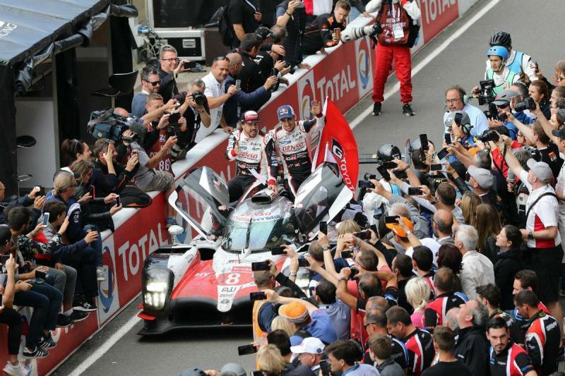 Fernando Alonso e o Toyota vencedor das 24 Horas de Le Mans (Lusa)