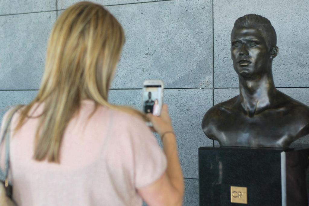 Novo busto de Ronaldo no aeroporto