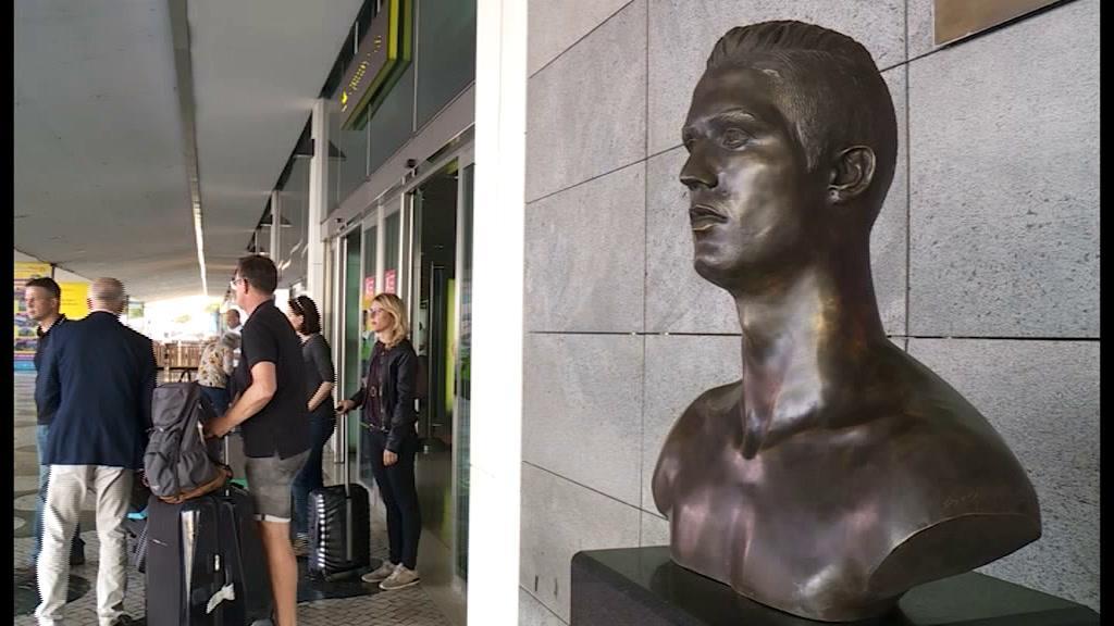 208003e84 Novo busto de Cristiano Ronaldo gera polémica... Será que Dolores Aveiro  aprova