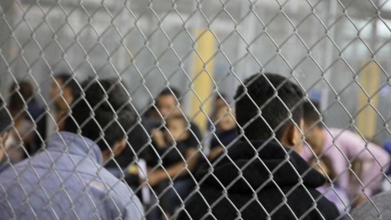 Imigrantes em 'gaiolas' no Texas