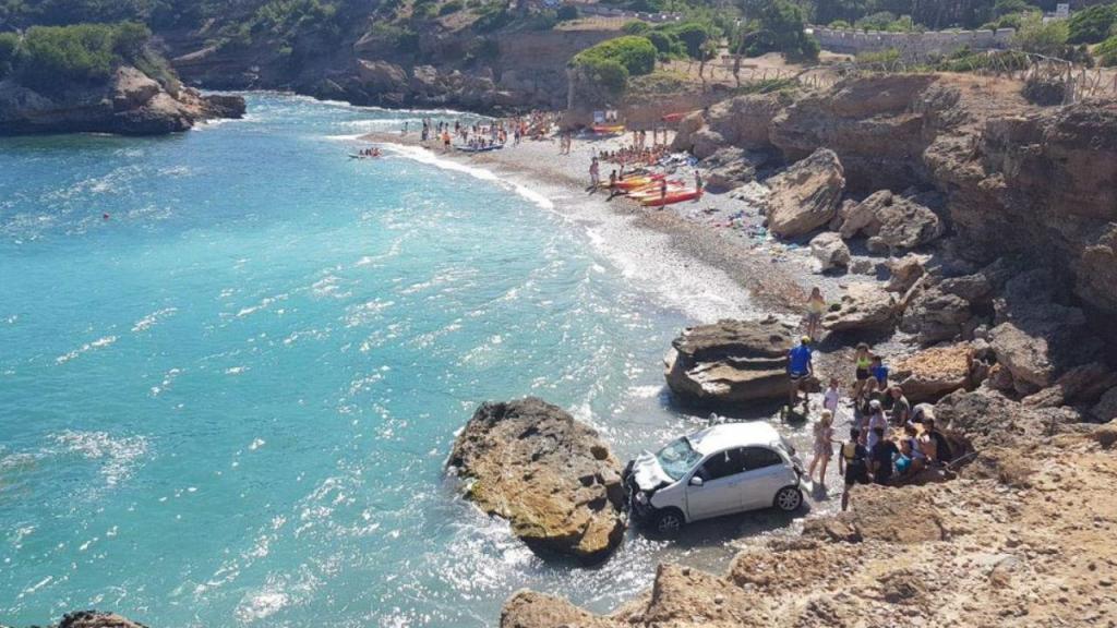 Carro cai à praia em Maiorca [Foto: 112 Illes Balears]