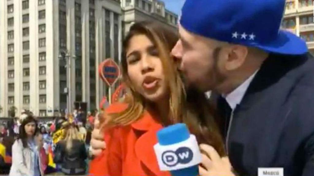 Jornalista beijada quando fazia direto do mundial