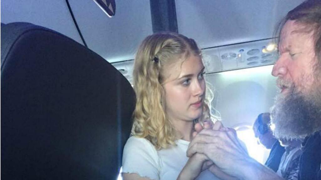 Adolescente ajuda surdo-cego quando tripulação de avião não consegue