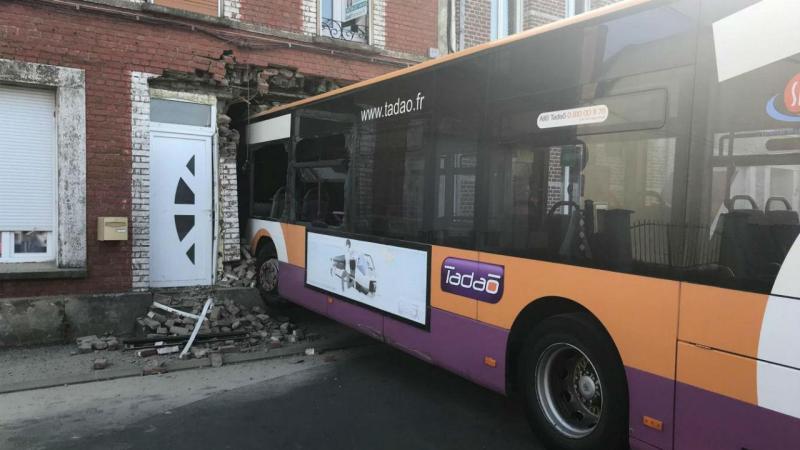 Autocarro acaba percurso cravado em fachada de casa, Bruay-la-Buissière, França