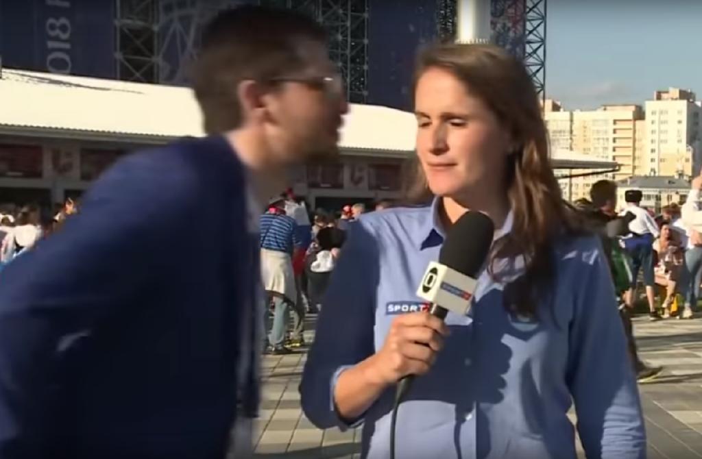 Homem tenta beijar jornalista
