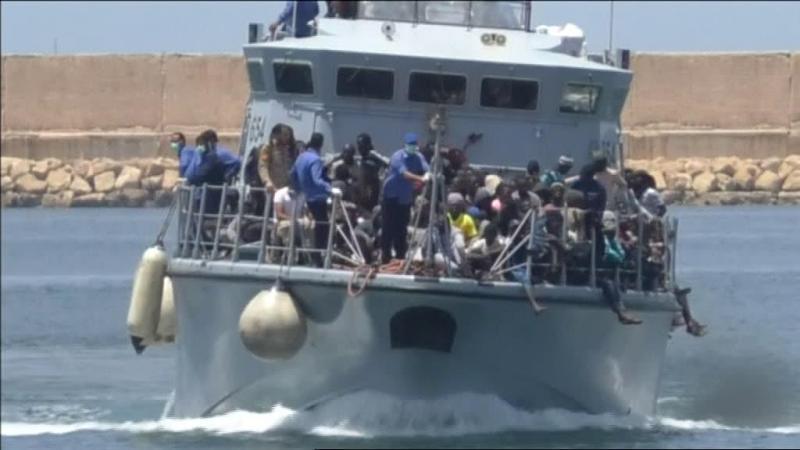 Embarcação naufraga na Líbia com 104 migrantes a bordo