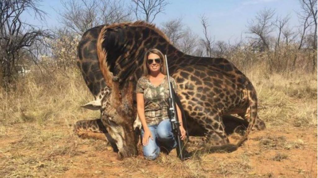 Mulher pousa com girafa que acabou de matar
