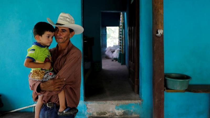 Pai e filho migrantes das Honduras