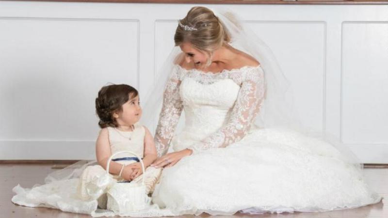 """Criança de três anos sobrevive a dois cancros e é """"menina das flores"""" no casamento da doadora"""