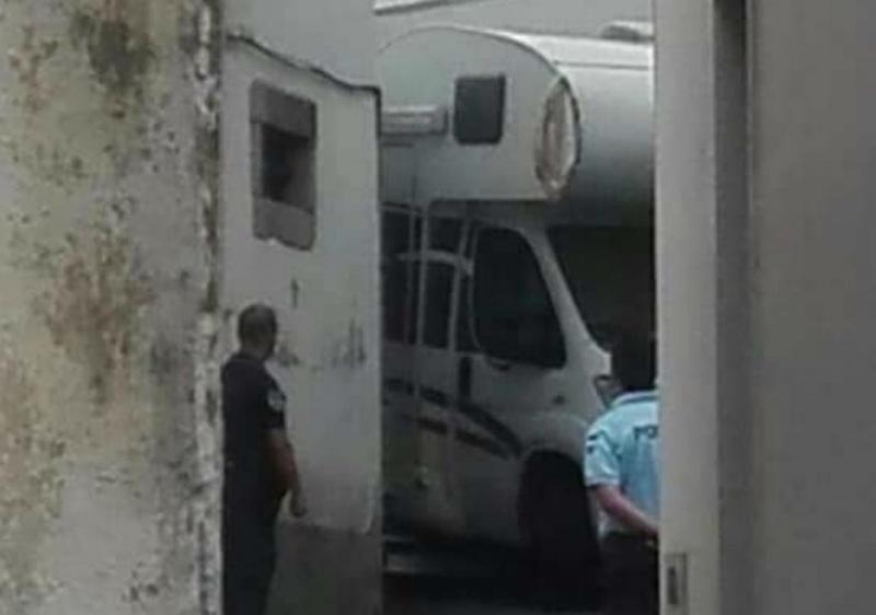 Homem foge da polícia numa autocaravana, em Ovar