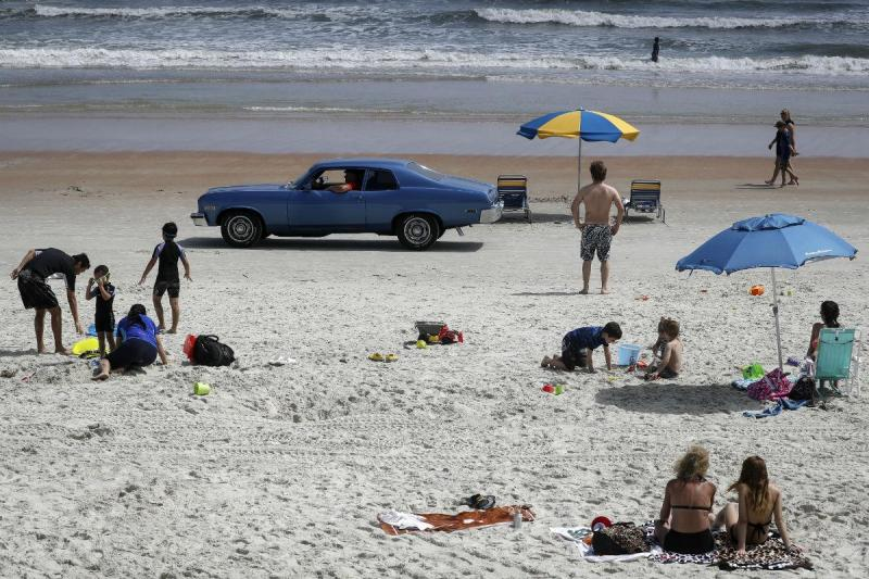 Carro na praia (Reuters)