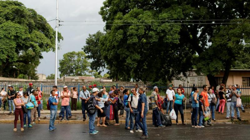Venezuelanos obrigados arranjar alternativas de transporte, depois do número de autocarros ter sido diminuído