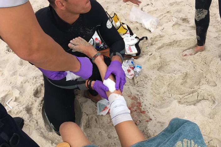 Menina atacada por um tubarão [Imagem: Bárbara Polina]
