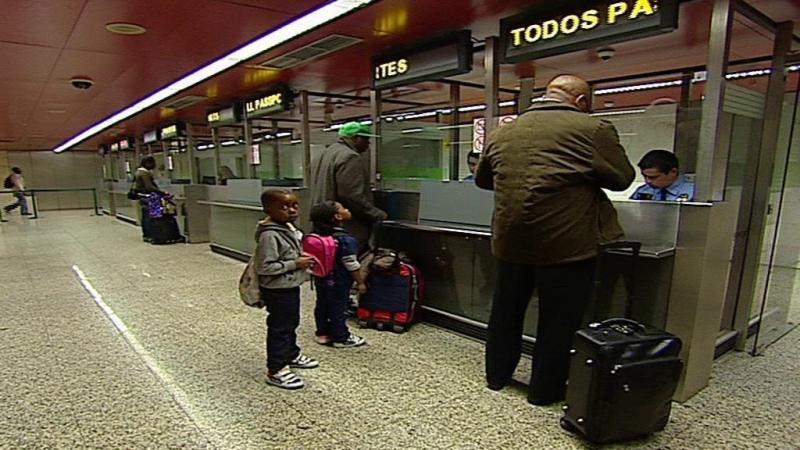 Casal com criança detido no Aeroporto de Lisboa pediu