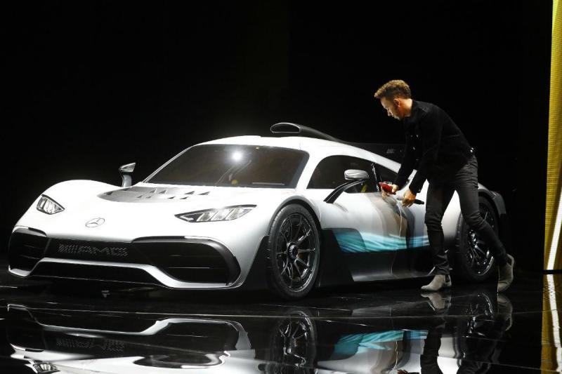 Lewis Hamilton com o Mercedes-AMG Project One (Reuters)