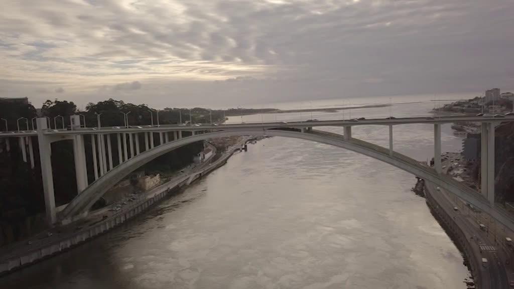 Subida pelo arco da Ponte da Arrábida oferece vista privilegiada sobre o Porto