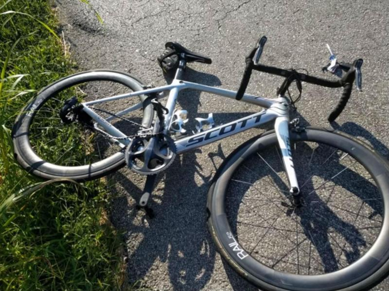 Bicicleta destruída após acidente (reprodução YouTube JW Fas)