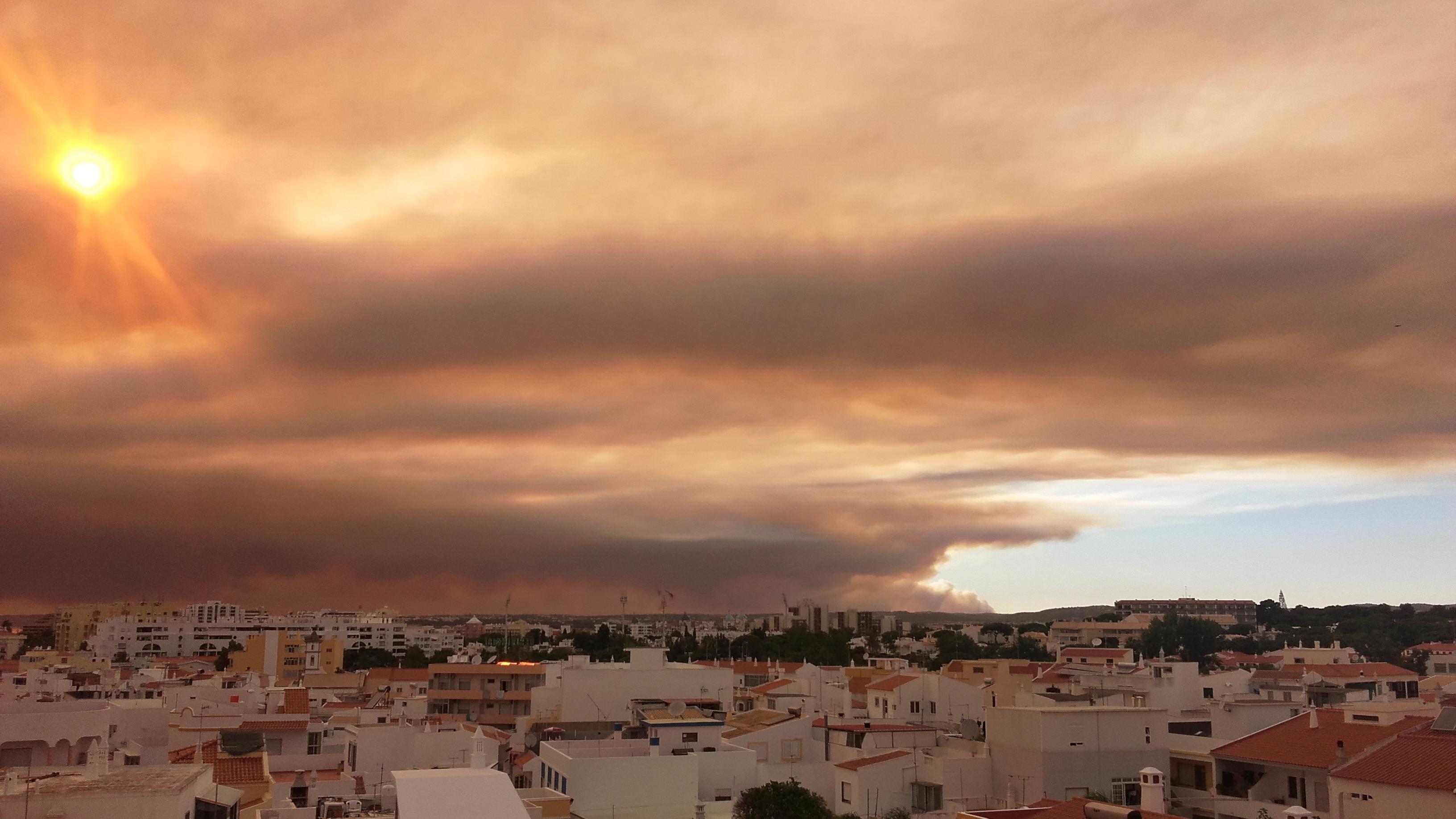 O fumo do incêndio de Monchique em Quarteira