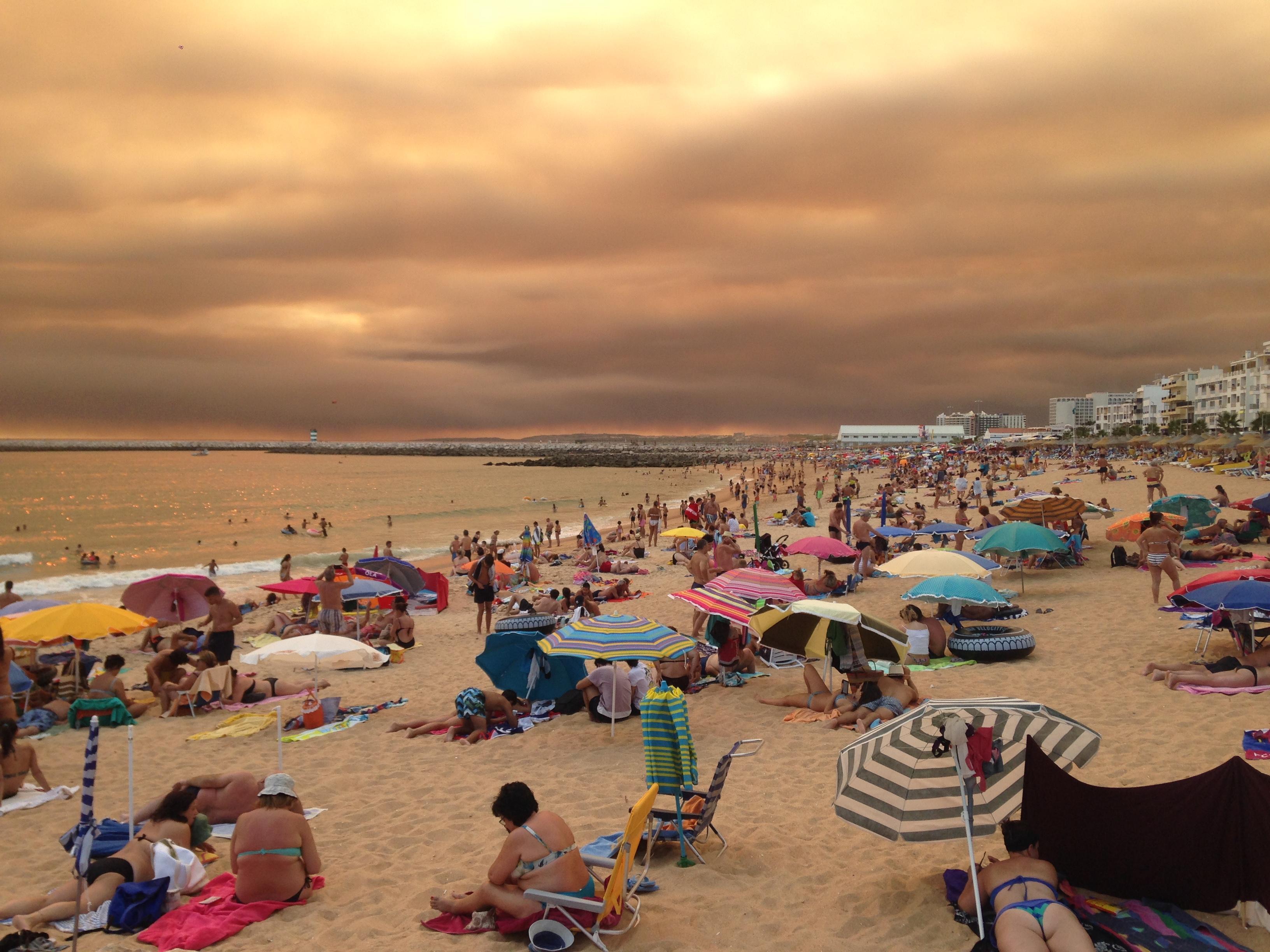 O fumo do incêndio de Monchique em Vilamoura