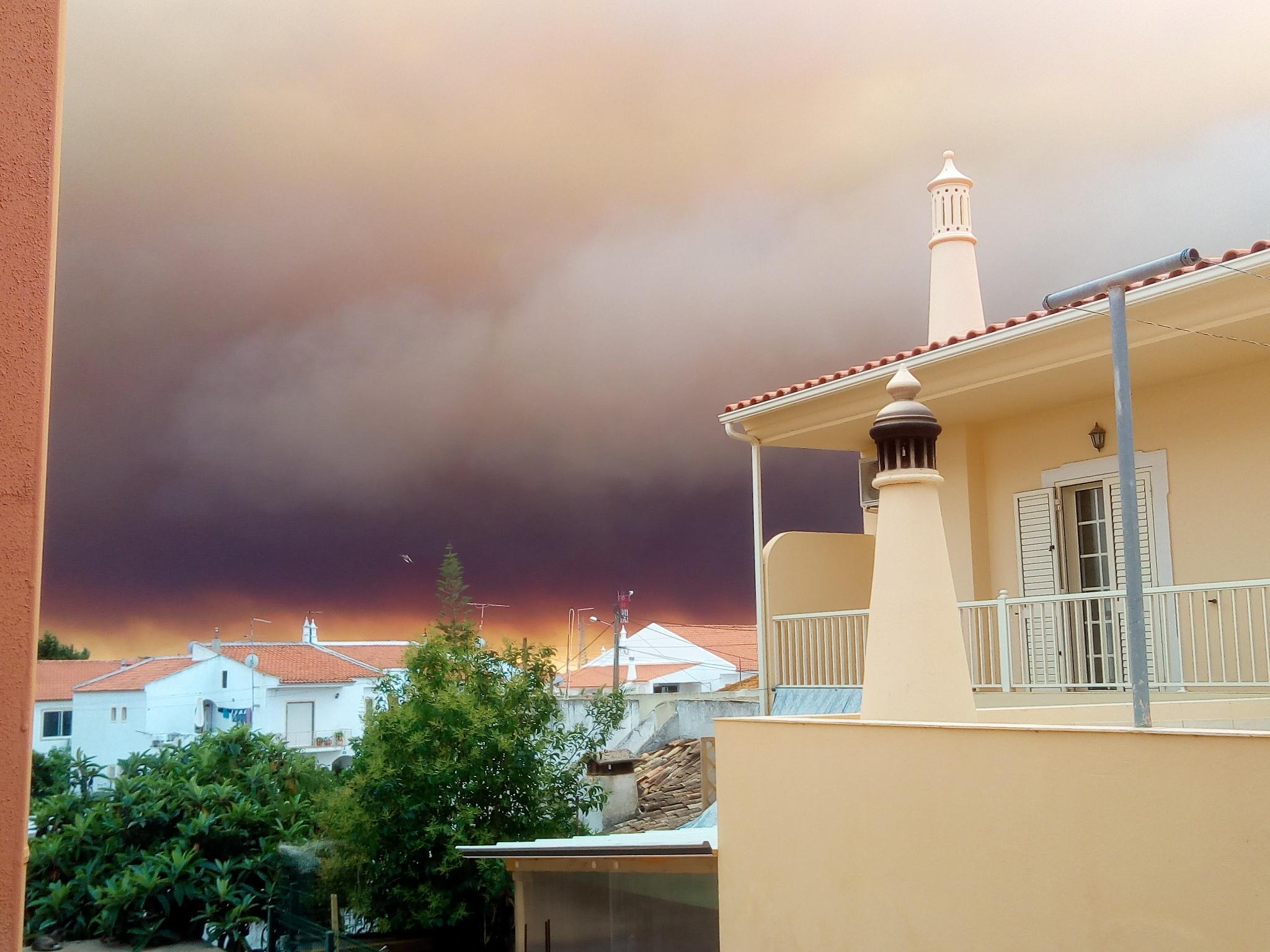 O fumo do incêndio de Monchique em Tunes, Silves