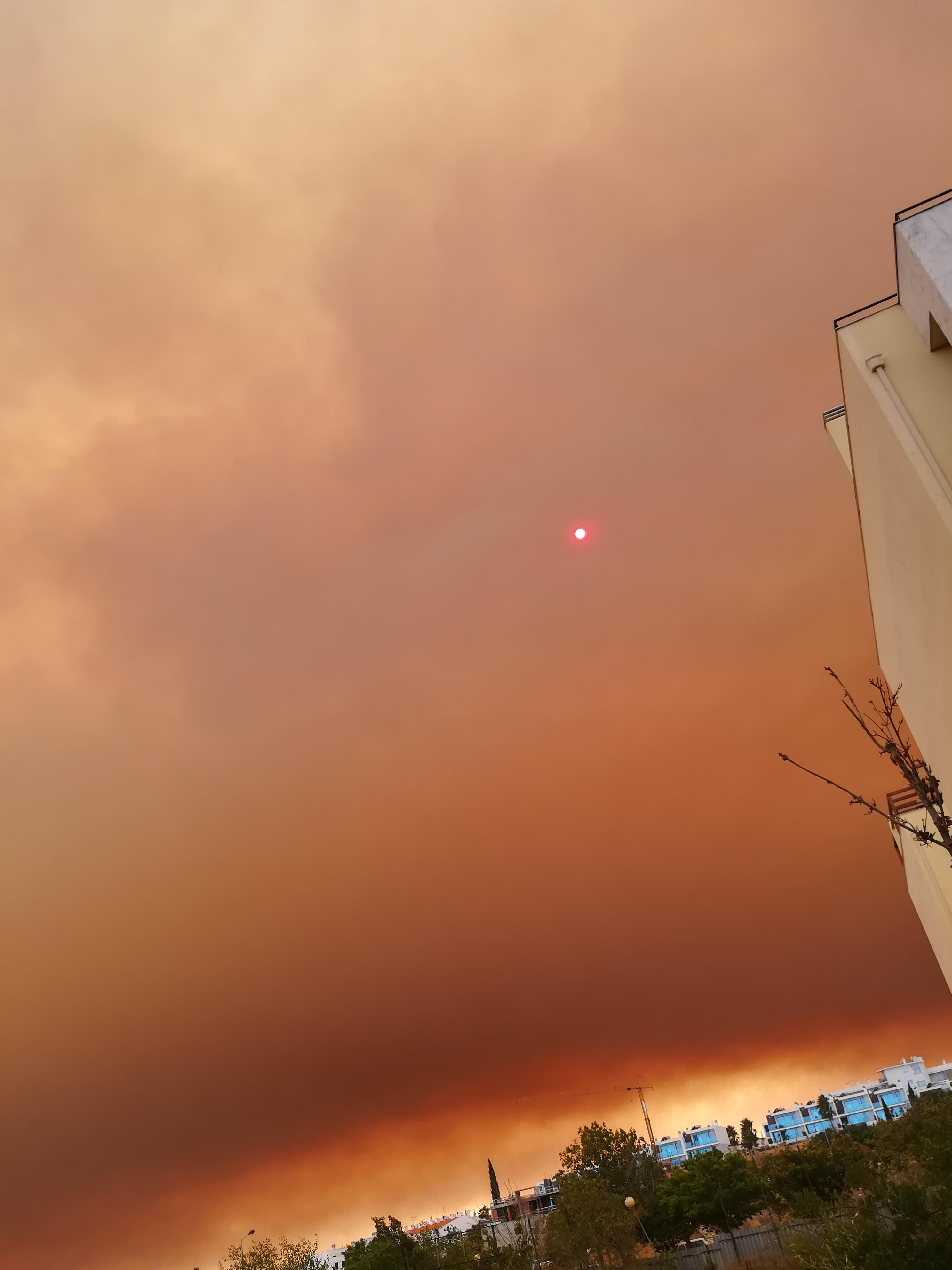 Fumo Algarve do incêndio em Monchique