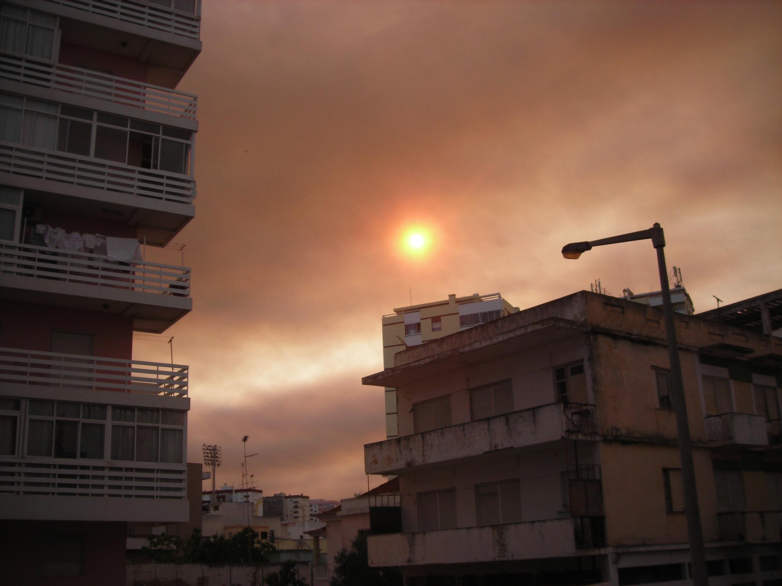 Fotos fumo de incêndio de Monchique visto em céu em Faro
