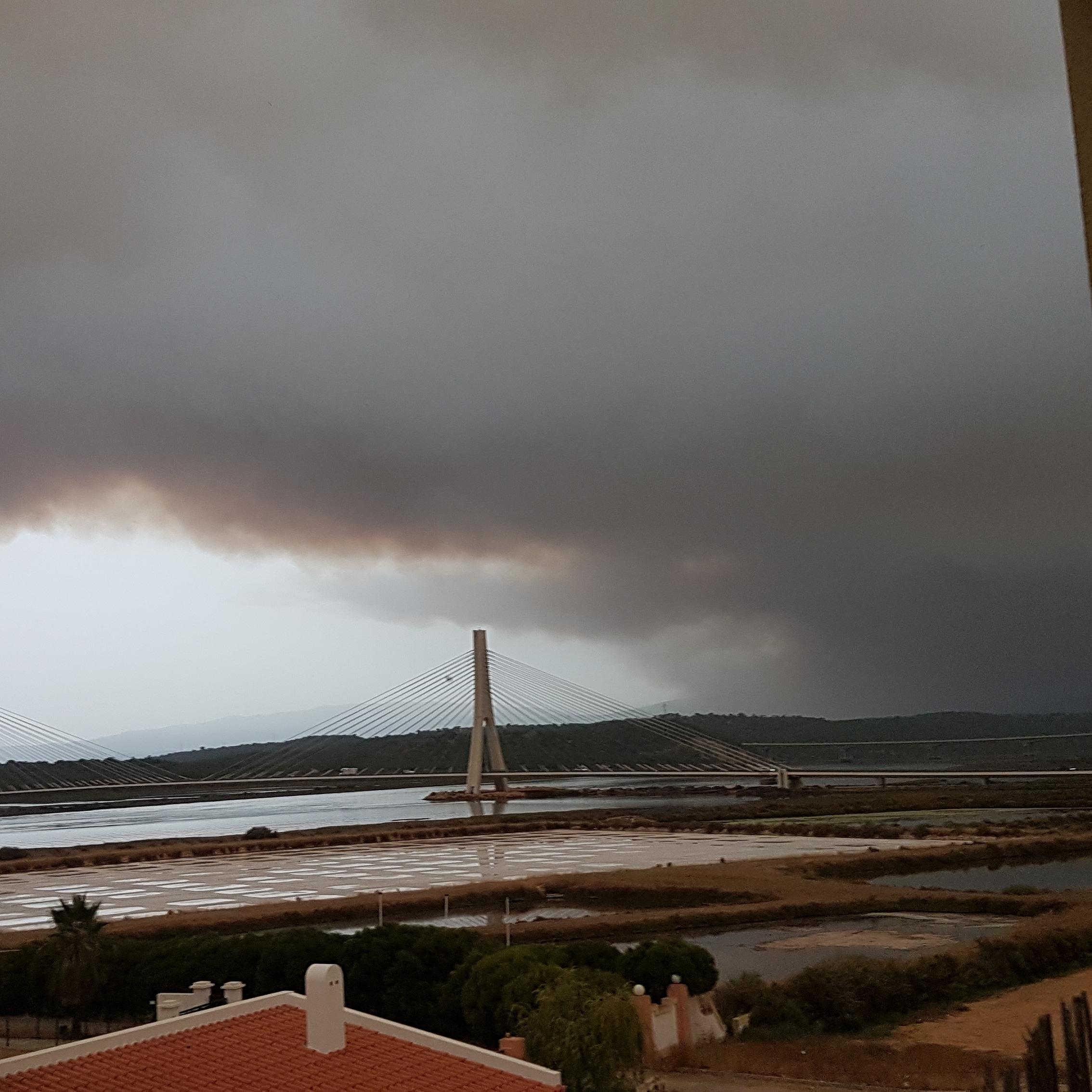O fumo do incêndio de Monchique em Lagoa