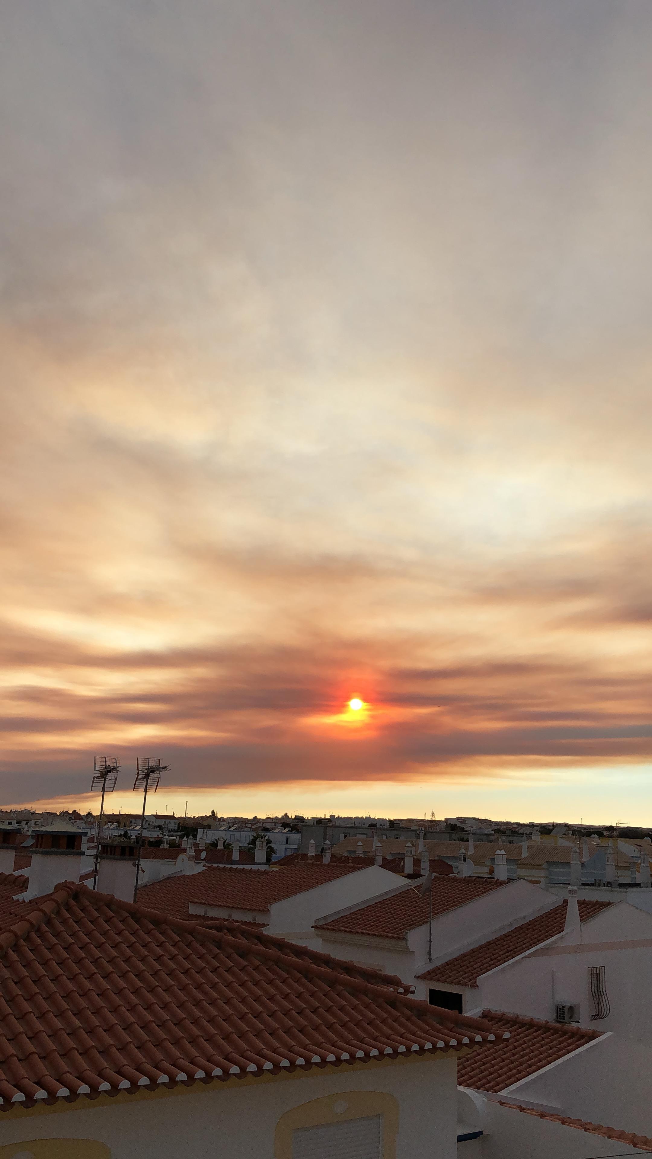O fumo do incêndio de Monchique na Praia da Oura, em Albufeira