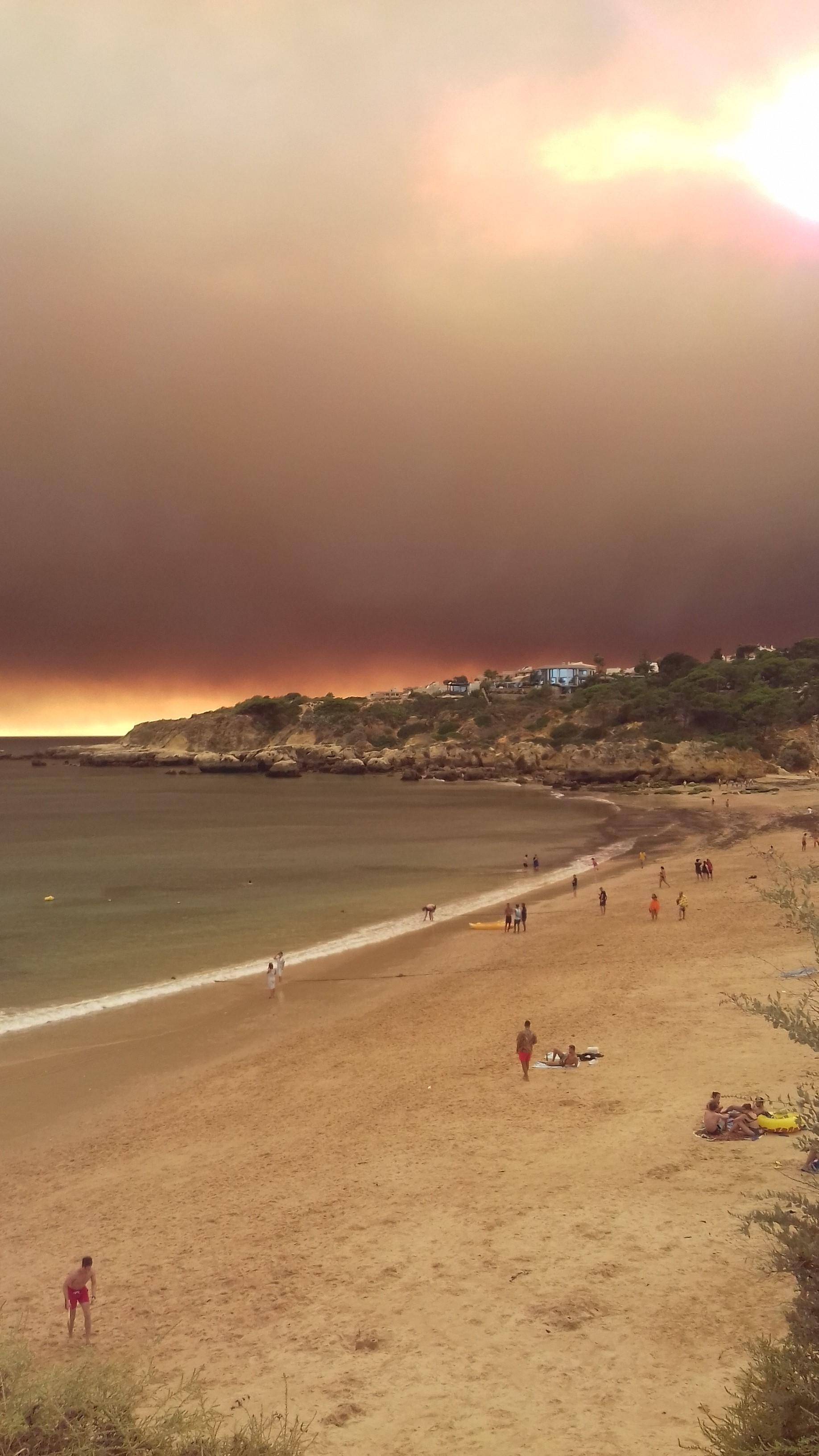 O fumo do incêndio de Monchique em Vila Real de Santo António