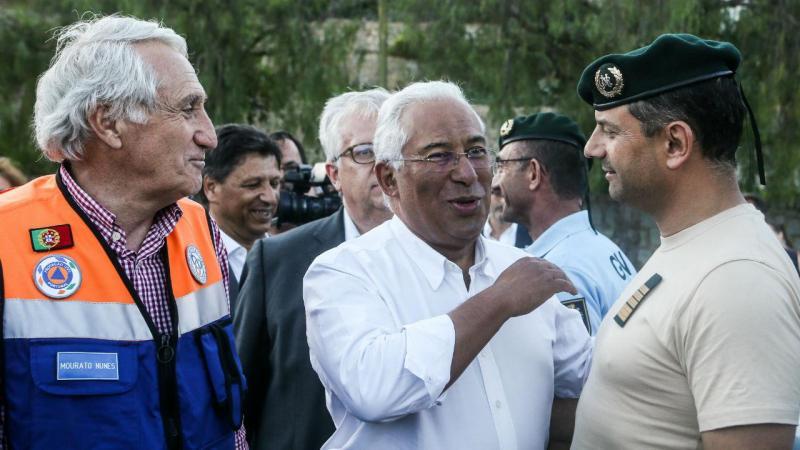 Primeiro-ministro António Costa, acompanhado pelo MAI Eduardo Cabrita, conversa com elementos dos bombeiros durante a visita a Monchique, 10 de agosto de 2018.