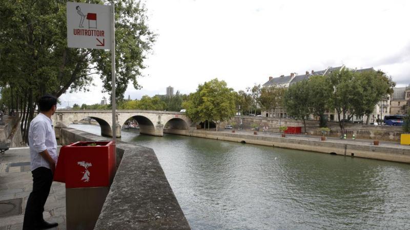 """""""Uritrottoir"""" - urinóis de rua em Paris [Reuters]"""