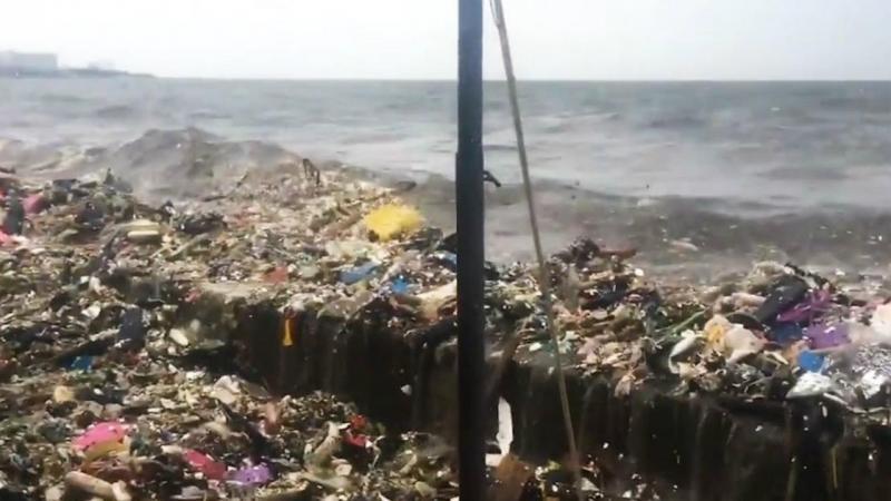 Ondas de lixo na Baía de Manila